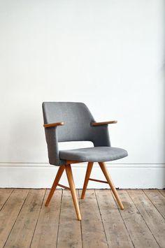 Une chaise grise