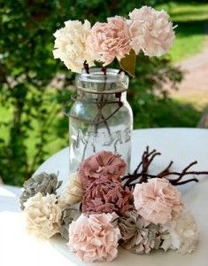 Flores hechas con tiras de tela o fieltro enrolladas sobre sí misma.
