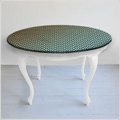 Bardzo stary stół z ręcznie malowaną grafiką http://dwiebaby.pl/stol-ludwik-wersja-biala/