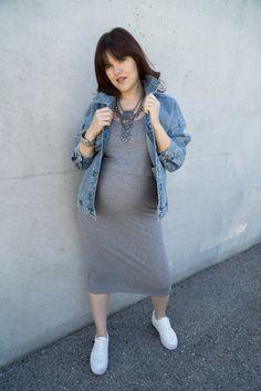 Du möchtest auch schwanger umwerfend aussehen? Auf www.fetzionista.at findest du jetzt ein paar einfache Styling-Tricks, mit denen du deine Schwangerschafts-Outfits sofort aufwertest! (Schwangerschaftsoutfit, Umstandsmode, Styling Tricks Frauen)