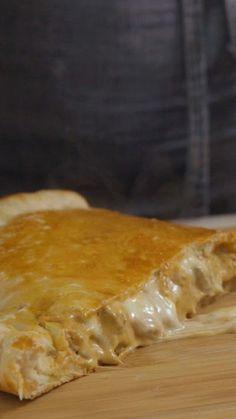 Receita com instruções em vídeo: Que tal sair da rotina e preparar esse maravilhoso calzone de estrogonofe?  Ingredientes: 500g de filé mignon cortado em iscas, Sal a gosto, Pimenta a gosto, 1 cebola cortada em cubos, 1 dente de alho picado, 1 xícara de molho de tomate, 400 ml de creme de leite, ½ maço de salsinha picado, 6g de fermento biológico seco, 1 colher de chá de azeite de oliva, ¾ de xícara de água, ¼ de xícara de leite, 1 pitada de açúcar, 250g de farinha, 1 pitada de sal, 200g de…