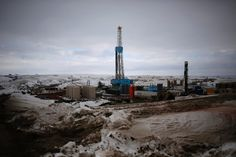 Die neue Energiegroßmacht aber sind die USA. Dank unkonventioneller Fördermethoden wie Fracking aus dichtem Gestein pressen sie immer mehr Öl aus dem eigenen Boden, fragen weniger auf dem Weltmarkt nach und drücken die Preise. Zwar drohen die fallenden Preise für zahlreiche neue private Ölfirmen ruinös zu werden. Doch vorerst diktieren sie angesichts der schwachen Nachfrage, wohin der Markt geht.