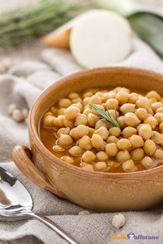 Servite e gustate la #zuppa di ceci (chickpea soup) appena fatta, quando ancora è calda...perfetta per le fredde giornate invernali! #ricetta #GialloZafferano #italianfood #italianrecipe