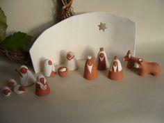 Crèche de Noël stylisée, petits santons (H : 5cm) en terre cuite rouge et blanche