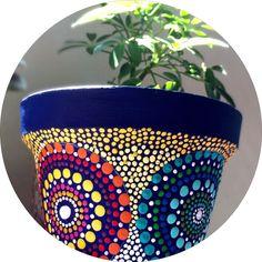 Maceta pintada a mano Painted Clay Pots, Painted Flower Pots, Mandala Painting, Dot Painting, Decorated Flower Pots, Clay Pot Crafts, Mandala Dots, Posca, Pottery Painting