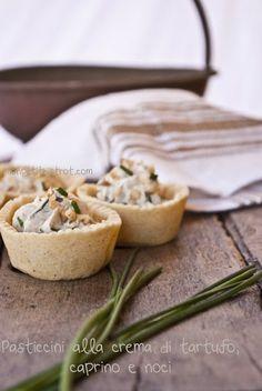 Pasticcini alla crema di tartufo, caprino e noci