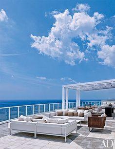 ღღ Real-estate magnate Jorge Pérez's oceanside terrace in Hollywood, Florida, is an example of breathtaking minimalism. Rooftop Design, Terrace Design, Rooftop Terrace, Terrace Garden, Indoor Outdoor Living, Outdoor Spaces, Porches, London Townhouse, Colonial Style Homes