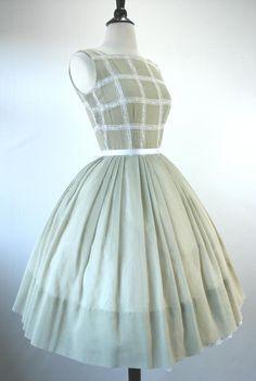 https://s-media-cache-ak0.pinimg.com/originals/06/db/14/06db14ac204ade97e59d0abdbf9f7dfe.jpg Retro Dress, Vintage 1950s Dresses, Vintage Outfits, Vintage Clothing, Vintage Wardrobe, Classic Fashion, Retro Fashion, Vintage Fashion, Vintage Green