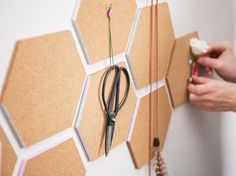 einfache deko idee für die wand aus schachteln | waben | pinterest - Deko Ideen Hexagon Wabenmuster Modern