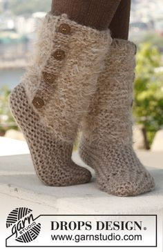 "Free pattern: Knitted DROPS slippers in 2 strands in ""Symphony"" and ""Eskimo""."