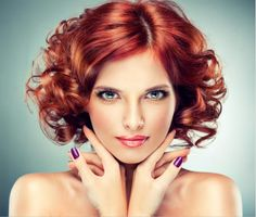 Redhead woman with bright makeup and manicure Professional Hair Color, Professional Hairstyles, Medium Hair Styles, Curly Hair Styles, Mahogany Hair, Short Curly Hairstyles For Women, Which Hair Colour, Wedge Hairstyles, Hairstyles 2018