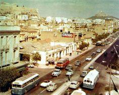 """Η λεωφόρος Συγγρού στα sixties, με χαμηλά άπρα σπίτια και κεραμίδια. Στη συμβολή με την Αν. Ζίννη αριστερά, Φραντζή δεξιά. Η μεγάλη σκιά στο άκρο δεξιά είναι από το κτίριο του Φιξ. Από το λεύκωμα """"Από τα Παμφορεία στο Μετρό"""", Εκδόσεις Μίλητος(2007). Αναρτήθηκε στην ομάδα """"Ελληνική Εργοτεχνική Ιστορία"""".  http://m.lifo.gr/articles/retronaut_articles/127943"""