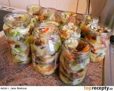 Čalamáda moc dobrá 1x hlávka zeli, 2x zelená paprika, 2x červená paprika, 2x žlutá paprika, 3x cibule, 5x mrkev, 4 dcl octa, 3 dcl oleje, 40 dkg cukr krystal, 14 dkg soli Vše nakrájet na nudličky. Přidat cukr, sůl, ocel a olej. Nechat do druhého dne odležet. Zelenina pustí šťávu a tak není potřeba žádný nálev. Zavařovat na 80°C 25 minut Czech Recipes, Ethnic Recipes, European Dishes, Canning Food Preservation, Good Food, Yummy Food, Homemade Pickles, Tomato Vegetable, Canning Recipes