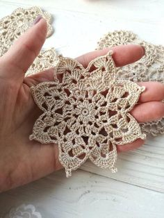 Rust stone, decorated with four laps petals, in thin white cotton thread. To collect. Crochet Snowflake Pattern, Crochet Snowflakes, Doily Patterns, Crochet Squares, Crochet Motif, Crochet Designs, Crochet Lace, Crochet Stitches, Crochet Patterns