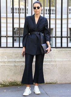 Look todo preto com calça cropped preta e blazer com cinto na cintura.