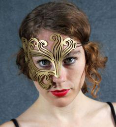 Bemused Leather Mask in Gold por TomBanwell en Etsy, $32.00