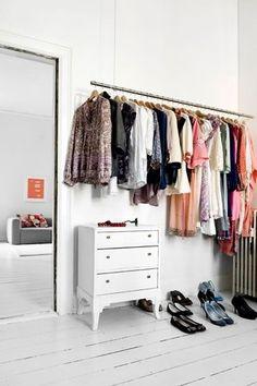 I stedet for et tungt skab har Sara hængt skjorter og kjoler på en fritsvævende stang i soveværelset. En nem måde at få overblik over sin garderobe.