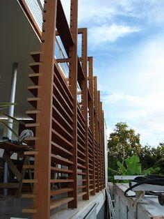 Brise vertical feita em madeira de garapeira encaixada, colada e parafusada