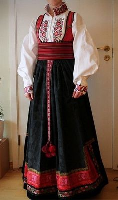 Beltestakk i vinrøde farger | FINN.no Russian Traditional Dress, Traditional Dresses, Beautiful Costumes, Russian Fashion, Drawing Clothes, Folk Costume, Couture, Historical Clothing, Winter Dresses