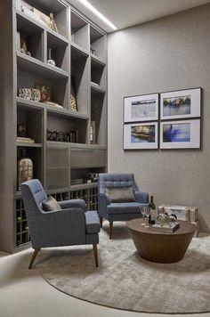 """Decora Lider BH - """"O ambiente secundário é um apoio para a sala de jantar - confortável e descontraído foi pensado para ser um local para tomar um drinque ou um café. As especialistas elegeram cores neutras, como o fendi, o bege e o cinza, e móveis contemporâneos cheio de personalidade. A madeira, em vários tons, contrasta com a laca, o vidro e o espelho. A estante emoldura o ambiente com espaços versáteis para guardar utensílios, bebidas e adornos..."""" Projeto: Adriana Caporali e Luciana…"""