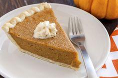 Klasszikus sütőtökös pite Homemade Pumpkin Pie, Flyer Design Inspiration, White Plates, Whipped Cream, Cornbread, Bacon, Thanksgiving, Nutrition, Treats