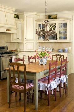 Elegant Kitchen Ideas With French Country Style. Here are the Kitchen Ideas With French Country Style. This article about Kitchen Ideas With French Country Style was posted  Country Kitchen Tables, French Country Kitchens, French Country Style, French Kitchen, English Kitchens, Rustic French, Cozy Kitchen, New Kitchen, Kitchen Decor