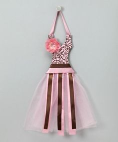 This seems like it would be easy enough to make.  It's a cute way to store hair bows for a little girl.