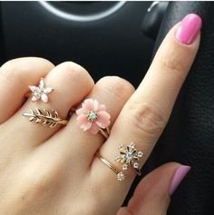 Lovely flower rings. Pinned by wootandhammy.com ♥️ thoughtful jewelry.