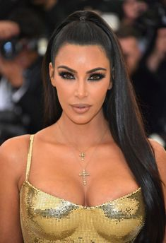 Kim Kardashian is always one to watch — whether she is dropping a new beauty product, hitting a red carpet, grabbing grub at a trendy eatery, or turning up at the Met Gala. Kim Kardashian's 2018 Met Gala Dress was liquid gold Versace with cross detai… Estilo Kardashian, Kim Kardashian Peinado, Kim Kardashian Cabelo, Looks Kim Kardashian, Kardashian Style, Kardashian Jenner, Kim Kardashian Hairstyles, Kardashian Beauty, Kim Kardashian Nails