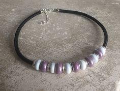 Collier céramique violet et blanc, perles argentées et cordon noir : Collier par micio-miao