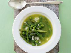 Erbsen und Spargel sind eine gute Kombi. Erbsen-Spargel-Suppe mit Reis - smarter - Zeit: 15 Min. | eatsmarter.de
