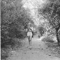 Portrait of American actress Marilyn Monroe at a photo shoot in Griffith Park, Los Angeles. She is reading a script while walking in the park. Get premium, high resolution news photos at Getty Images Marylin Monroe, Joven Marilyn Monroe, Fotos Marilyn Monroe, Young Marilyn Monroe, Edward Clark, People Reading, Tableaux Vivants, Miss Moss, Griffith Park