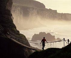 Канатный мост Каррик-а-Реде Веревочный подвесной мост Каррик-а-Ред имеет длину 20 метров и на 30 метров возвышается над скалами около графства Баллинтой в Северной Ирландии.