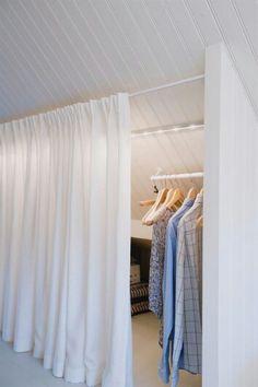 Klädförvaring under snedtak och bakom tygridå