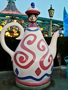 """Do you love """"Alice in Wonderland""""? If so, you have to discover these twenty secrets, curiosities, funny facts and other charming details about """"Alice's Curious Labyrinth"""", at Disneyland Paris! This photo guide will allow you to visit the attraction, while looking for all the points of interest that you cannot miss! You'll also get to know the true story behind this walkthrough, as well as the most instagrammable spots! And the best part? It's recommended for all ages! Ways To Travel, Travel Tips, Virtual Travel, Cheap Holiday, Travel Images, Disneyland Paris, Funny Facts, Beautiful World, Alice In Wonderland"""