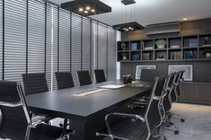 Sala de reuniões elegante e funcional.