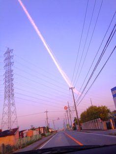 撮影:部員番号111uca  飛行機雲と電線が大きな矢印に見えました。  一瞬しか見られないものが残せる  写真の良さも一緒に見つけました。