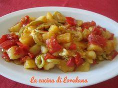 Un contorno tricolore di verdure con patate, zucchine e pomodori per una ricetta…