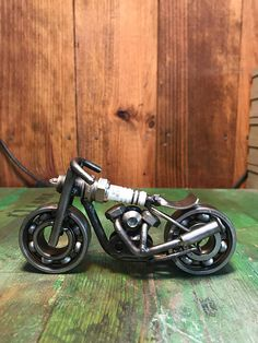 Moto made with spark plug and recycled parts very original for a different gift to others. Welding Art Projects, Metal Art Projects, Metal Crafts, Metal Yard Art, Scrap Metal Art, Miniatur Motor, Sculpture Metal, Steel Art, Garage Art