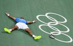Sieger am Boden: Martin Del Potro ist völlig erschöpft. Nach mehr als drei...