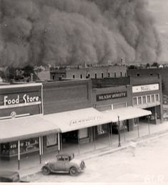 Dust storm - Dust bowl during the Great Depression Era Old Pictures, Old Photos, Iconic Photos, Vintage Pictures, Tornados, Oklahoma Dust Bowl, Dust Storm, East Of Eden, Great Depression