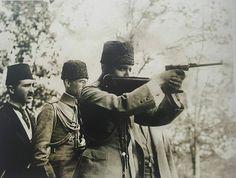 Enver Paşa'nın yaygın olarak bilinen bu fotoğrafının net hâli.