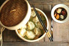 Non sapete cosa cucinare per cena? Correte sul mio blog a scoprire questa ricetta facile e buonissima, sana e gustosa. I ravioli al vapore vegetariani, la loro storia e la ricetta perfetta per farli in casa solo su #lacucinachevale  http://www.lacucinachevale.com/2016/02/ravioli-al-vapore.html #ricetta #ricettadelgiorno #ravioli #vegetariani #veg #food #foodblog #cucina #vapore #bimby #foodblog #blog #blogger #cinese #asiatica #healthyfood #healthy #salute #gusto #instafood #instapic #pic…