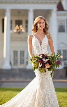 1078 Fitted Lace Wedding Dress with Scalloped Train by Martina Liana #glamorouswedding