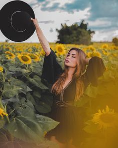 Photography Poses Women, Creative Photography, Portrait Photography, Sunflower Field Photography, Cute Poses For Pictures, Shotting Photo, Sunflower Pictures, Photo Editing Vsco, Insta Photo Ideas