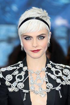 Veja quais cortes estão em alta para 2018. Tendências femininas. Cortes de cabelo. Corte de cabelo Cara Delavigne. Cabelo curto e platinado. Corte curtinho.