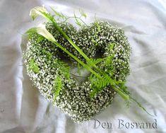 Flower arrangement with gypsophilia - Heart -diy Funeral Flower Arrangements, Modern Flower Arrangements, Christmas Arrangements, Flower Wreath Funeral, Funeral Flowers, Fresh Flowers, Beautiful Flowers, Grave Flowers, Funeral Tributes