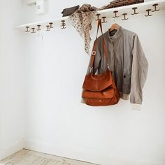 Like the vertical hooks, lower down the wall as a coatrack for small people – Coat Hanger Design Coat Hanger, Coat Hooks, Home Decor Hooks, Bag Rack, Hallway Designs, White Shelves, Modern Staircase, House Made, Foyers