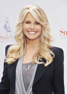 Christine Brinkley Really Is a Timeless Beauty . An American model and actress, Christine defies her age by looking youthful at 59 years old. Beautiful Old Woman, Christie Brinkley, Victoria's Secret, Aging Gracefully, Great Hair, Cute Hairstyles, Hair Inspiration, Blonde Hair, Hair Makeup