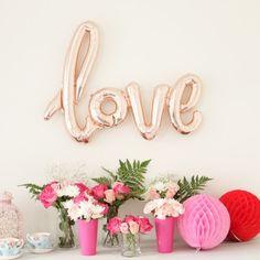 Foilballoon Love rosegold (100cm) / Folieballon Love rosegoud (100cm) / Shop all your bacheloretteparty items at: https://www.weddingdeco.nl/